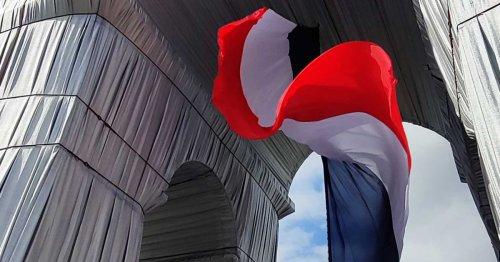 Paris : L'Arc de Triomphe empaqueté escaladé par deux « patriotes » opposés au projet de Christo et Jeanne-Claude | Connaissance des Arts