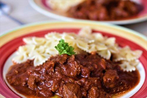 Gulasch kochen aus Rindfleisch oder Schweinefleisch