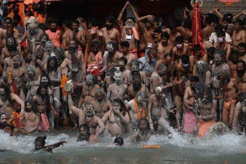 Religion. Des foules hindoues se baignent dans le Gange en pleine flambée de Covid-19