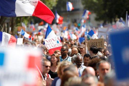 """Vu de l'étranger. La mobilisation contre le pass sanitaire prend de l'ampleur, un """"nouveau défi"""" pour Emmanuel Macron"""