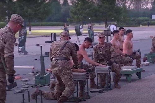"""Vidéo. """"Étrange"""" : des soldats nord-coréens cassent des briques pour montrer la puissance de leur armée"""