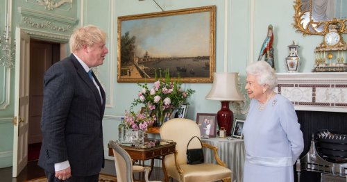 Queen used handbag to send subtle message to staff about Boris meeting
