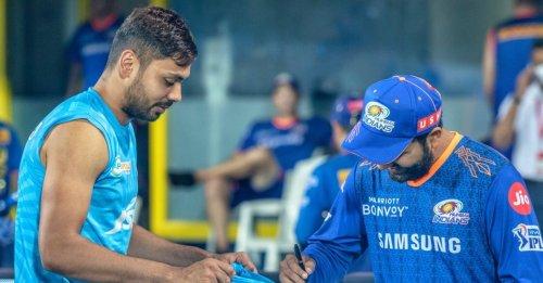 IPL 2021: Rohit Sharma gives an autograph on 'fanboy' Avesh Khan's jersey