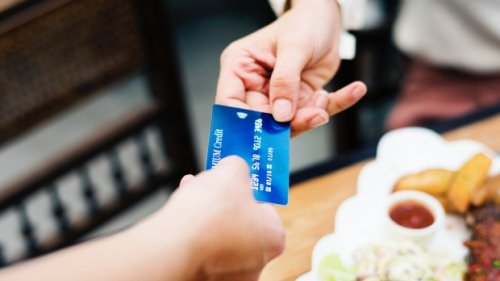 Canadians switching to no annual fee credit cards to save money: survey