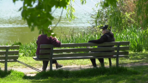 B.C. residents navigate mixed-messaging on outdoor gatherings as warm weather settles in