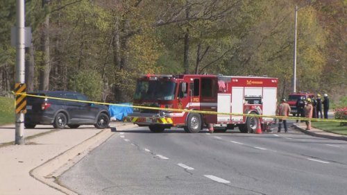 Two people dead after vehicle crashes into pole in Mississauga, Ont.