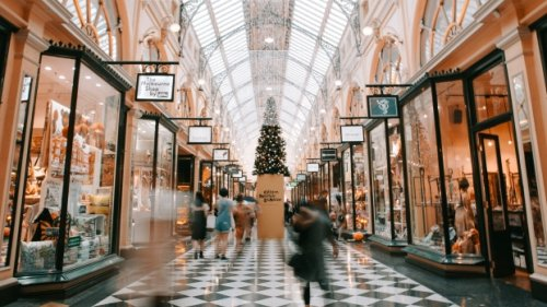 Canadians plan to spend more on holiday shopping this year, survey finds