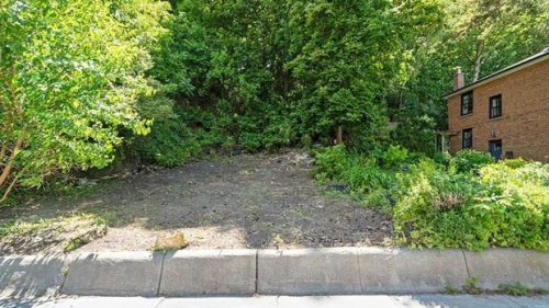 Vacant patch of dirt hits Toronto market for almost $1 million