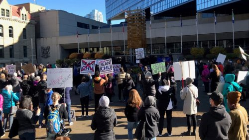 Hundreds gather in downtown Calgary for duelling rallies over city councillor