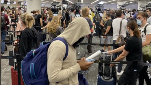 Travellers voice concerns about crowding at Toronto Pearson International Airport