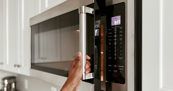 How to Clean the Microwave (Because It Smells Like Old Pizza)