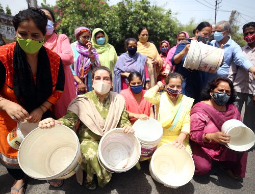 Residents protest against water scarcity, block Janipur-High Court road