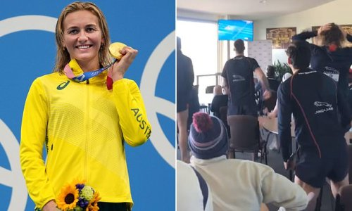 AFL players celebrate Ariarne Titmus' second gold medal in Tokyo
