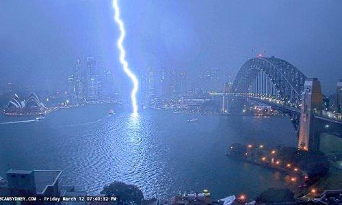 Incredible moment bolt of lightning strikes Sydney Harbour