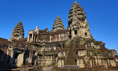 Angkor Wat was had up to 900,000 inhabitants