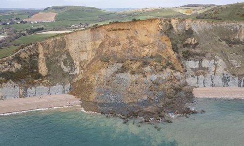 Moment huge chunk of rock on Jurassic Coast comes crumbling down