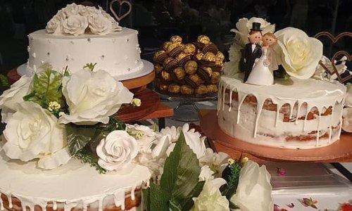 Bride puts together her own wedding cake using supermarket mudcakes