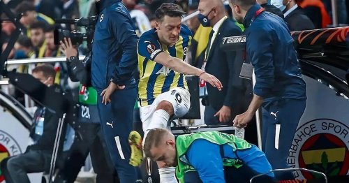 Ex-Arsenal star Mesut Ozil kicks water bottles in angry outburst for Fenerbahce