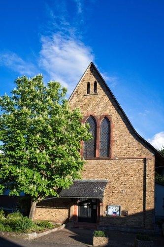 Katholische Kirche Selzen mit Kastanienbaum und Turmfalke #Fotomontag 21/20