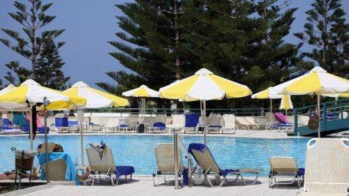 Urlaub auf Kreta: Familie zieht in Hotel ein– sie erwartet ein Horror-Zimmer