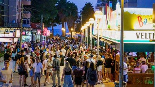 Urlaub auf Mallorca: Meute deutscher Touristen will trotz Corona-Verbot weiter feiern - dann gehen sie auf illegales Angebot ein