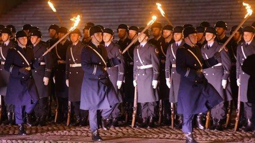 """Großer Zapfenstreich: ARD-Zuschauer sind entsetzt – """"Bilder erinnern an Wehrmacht"""""""