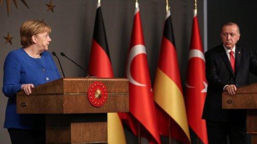 """Erdogan: Kanzlerin Merkel mit Abschiedsbesuch beim Türkei-Präsidenten – """"Show eines autoritären Herrschers"""""""