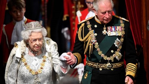 Queen Elizabeth II. und Charles schauen Familienvideo: Bei DIESER Szene müssen beide grinsen