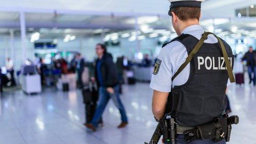 "Flughafen Düsseldorf: Politikerin wird an Ausreise gehindert – ""Erinnert an Erdogan-Methoden"""