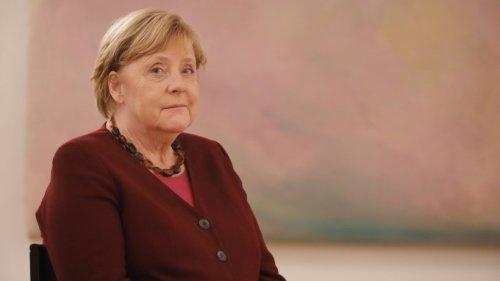 Angela Merkel erhält Entlassungsurkunde – ihre Reaktion sorgt für Lacher