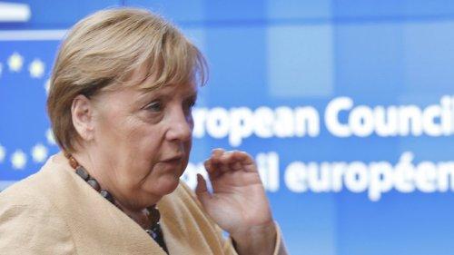 Angela Merkel zuckt zusammen: TV-Kamera fängt ulkige Szene ein