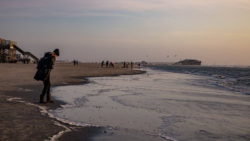 Urlaub an der Nordsee: Frau geht am Strand entlang – was das Meer angespült hat, ist kaum wiederzuerkennen