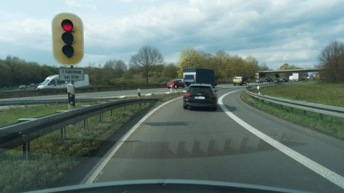NRW: A57 an wichtigem Autobahnkreuz gesperrt – hier alle Infos für Autofahrer!