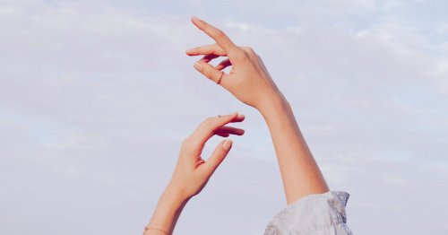 Faltige Hände: 5 Tipps & Mittel, die wirklich helfen! | desired.de