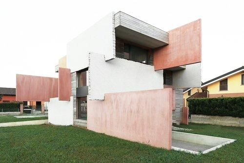Wohnen als Materialexperiment: Kartenhäuser bei Turin von Elastico Farm