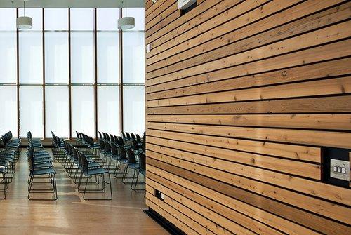Schwer entflammbare Vollholzprofile für Fassaden und Innenwände