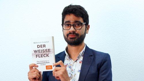 """N99   Mohamed Amjahid über weiße Privilegien und rassistisches Denken – """"Eine Buchmesse, die Nazis einlädt, ist eine nazipositive Buchmesse""""   detektor.fm – Das Podcast-Radio"""