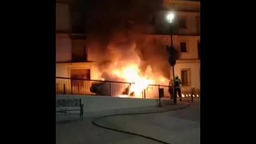 Arden dos vehículos en la calle Luis de Ysasi
