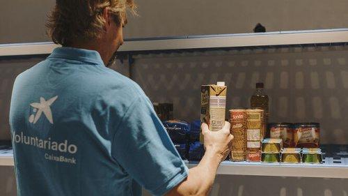 Voluntarios de CaixaBank en Sevilla reparten más de una tonelada de alimentos a los más vulnerables