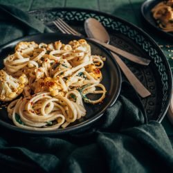 Vegane Tahini-Pasta mit geröstetem Blumenkohl und Spinat