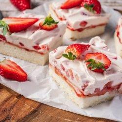 Weiße Erdbeerschnitten | Super schneller Erdbeerkuchen vom Blech