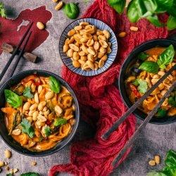 Scharfe Asia-Nudel-Bowl mit Erdnuss