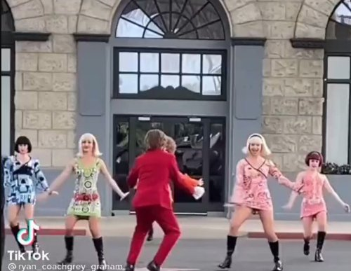 Someone Discovered Australia Has A Theme Park Called 'Movie World' Where Some Guy Does The Austin Powers Dance Multiple Times A Day - Digg
