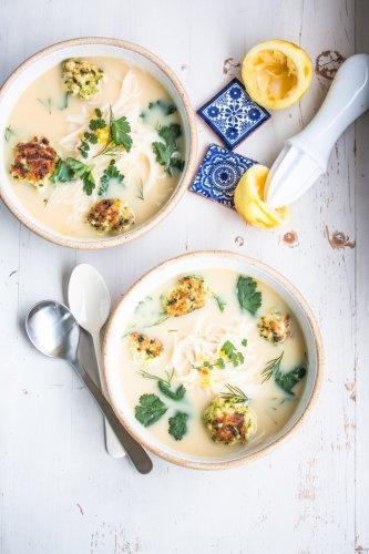 Eine unwiderstehliche Hühnersuppe mit Zitronen, Hackbällchen und Reisnudeln