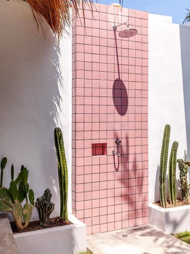 5 Chic Outdoor Showers That Give Bathtubs a Run for Their Money