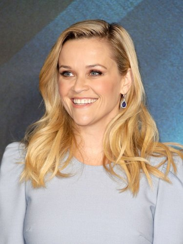 Reese Witherspoon Defies Design Rules With Her Kitchen Wallpaper