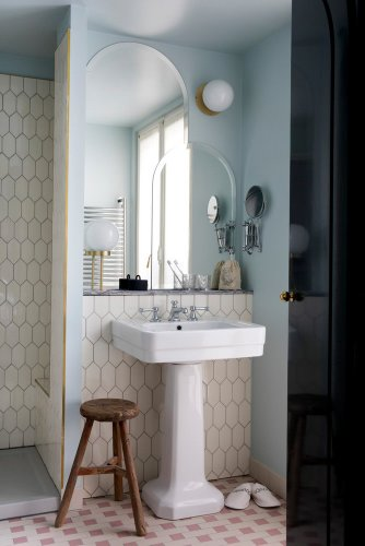 10 Design Tricks to Steal From Hotel Bathrooms
