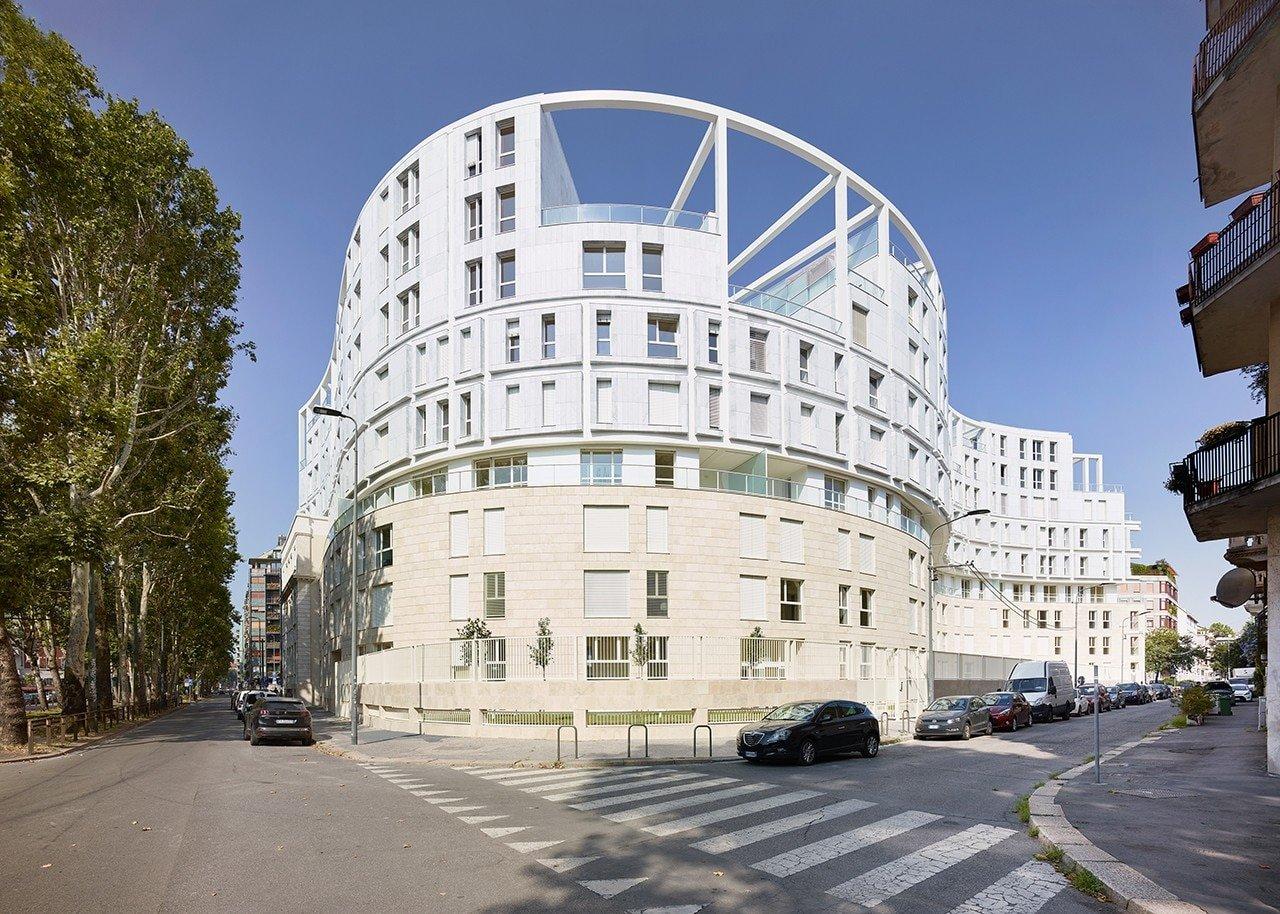 Stratificazioni e traslazioni definiscono un edificio residenziale a Milano
