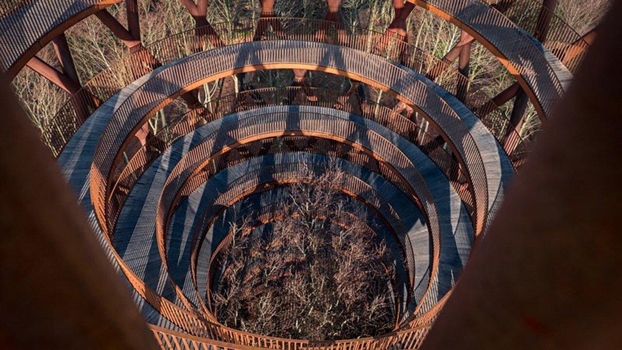 Il Corten di Effekt e la passerella in legno a spirale sopra le fronde degli alberi