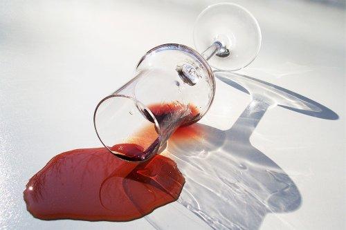 Macchia di vino rosso? Ecco come toglierla con il latte | Donnaweb.net